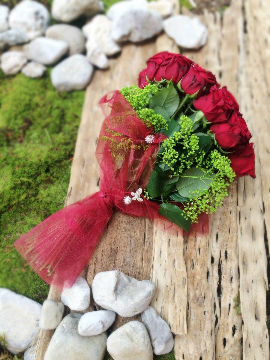 Ogromen šopek vrtnic - eleganten dar za ljubljene