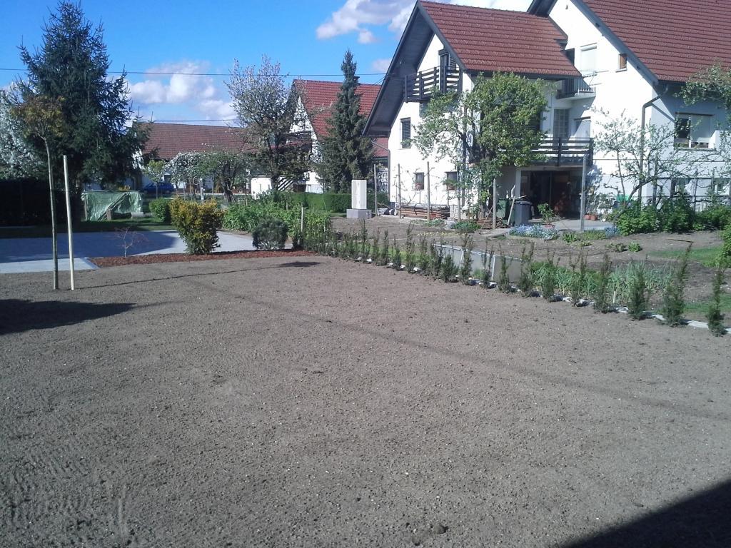 Urejanje, vzdrževanje vrtov, polaganje, setev trave, obrezovanje drevja, žive meje - Vrtnarstvo Šink gallery photo no.17
