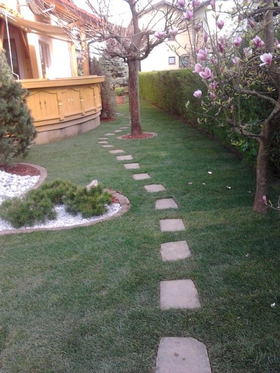 Urejanje, vzdrževanje vrtov, polaganje, setev trave, obrezovanje drevja, žive meje - Vrtnarstvo Šink gallery photo no.27